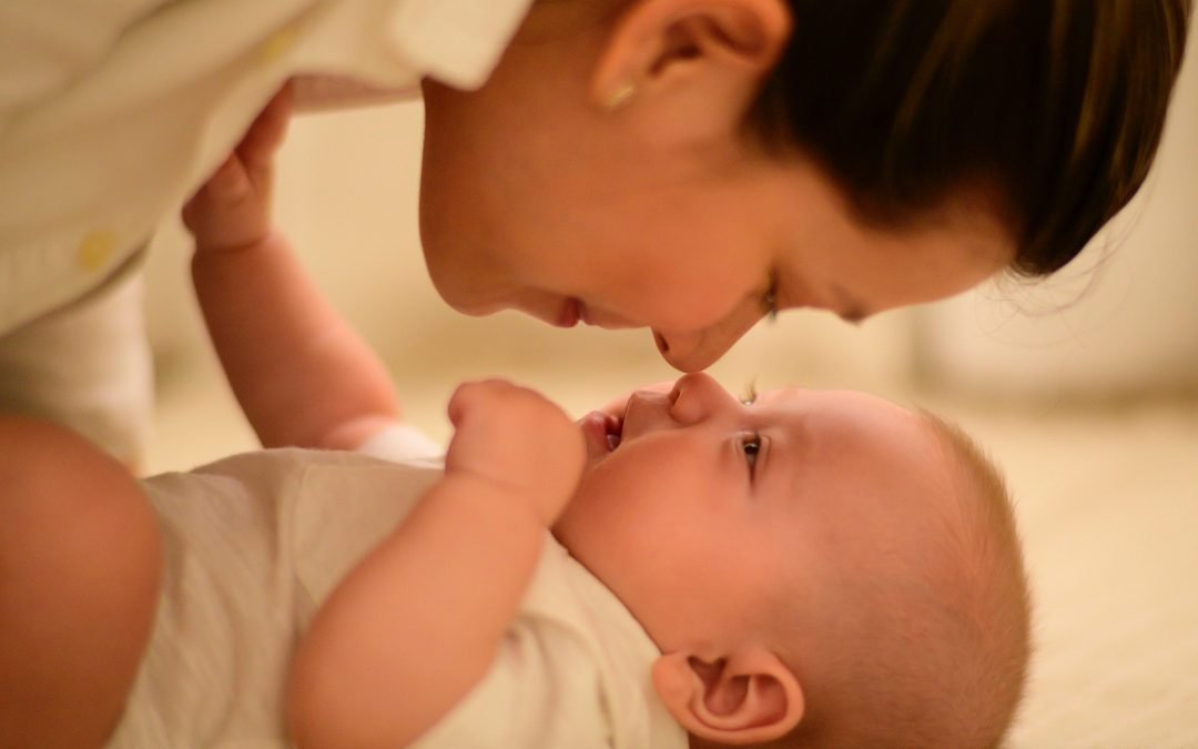 Mom and baby touching noses | Petite Dreamers